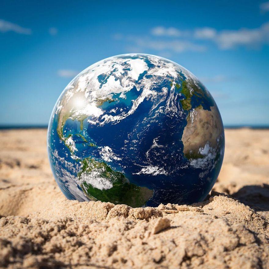 планета земля в песке на пляже
