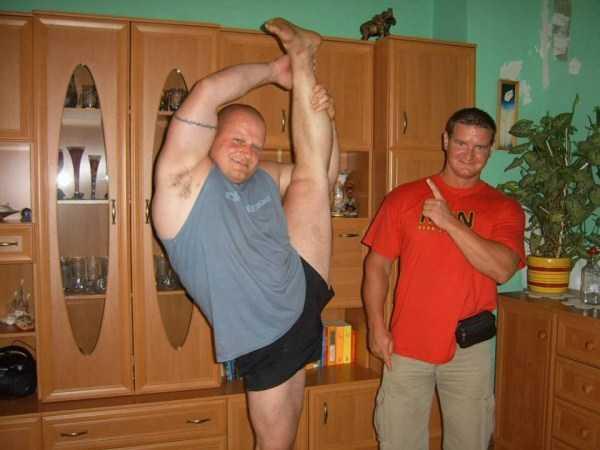 мужчина стоит с ногой, поднятой вверх