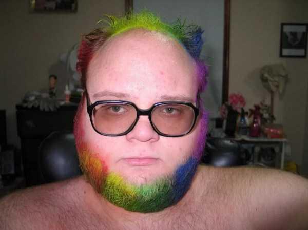 мужчина в очках с цветной бородой