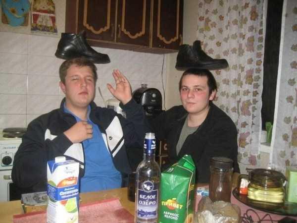 парни с ботинками на голове