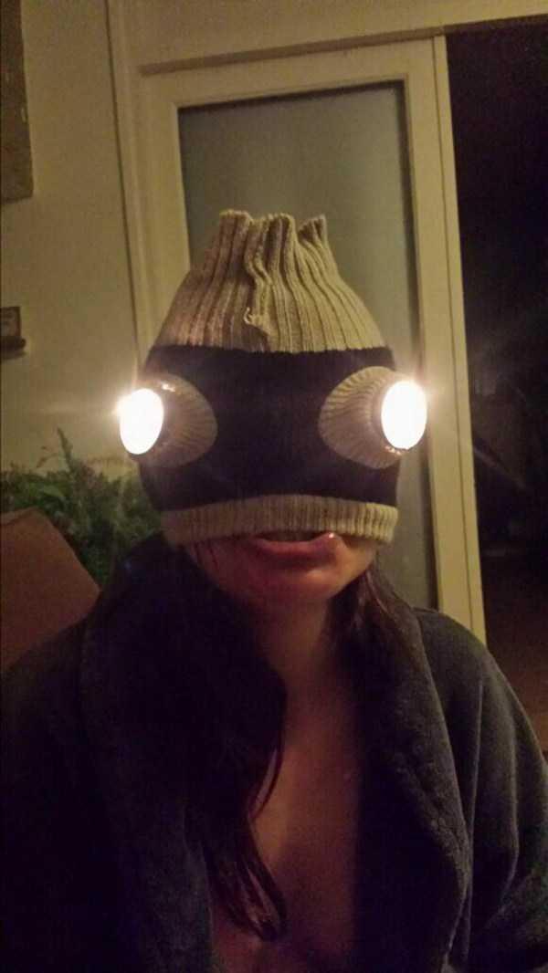 девушка с шапкой на лице