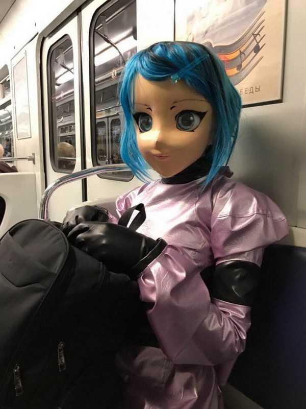 девушка с кукольной головой в метро