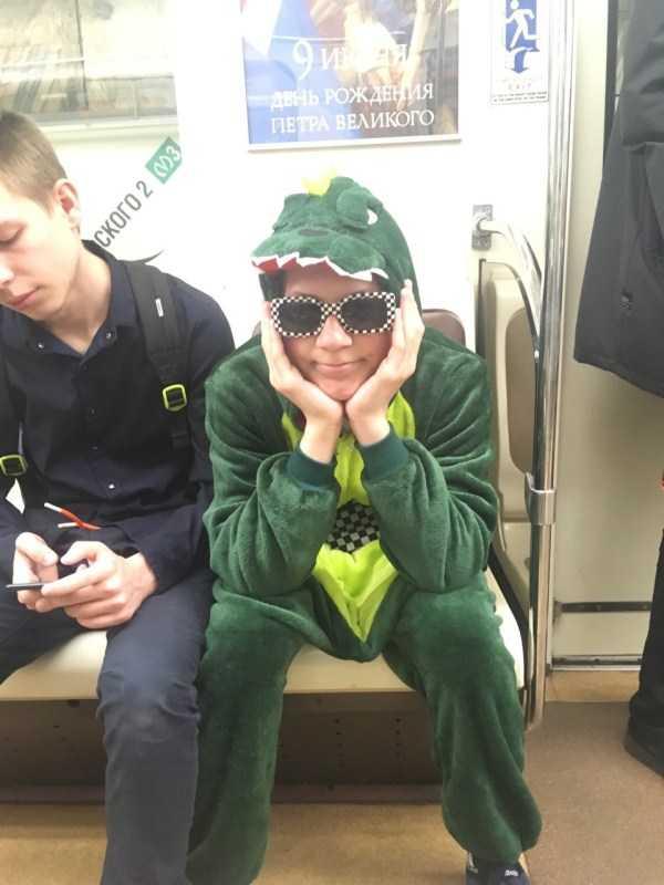 парень в костюме динозавра