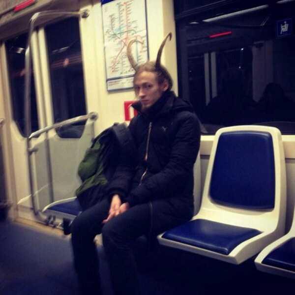 парень с рогами в метро