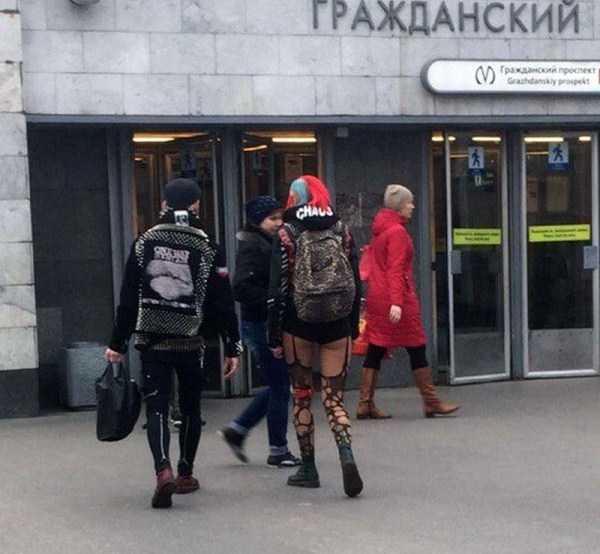 люди идут в метро