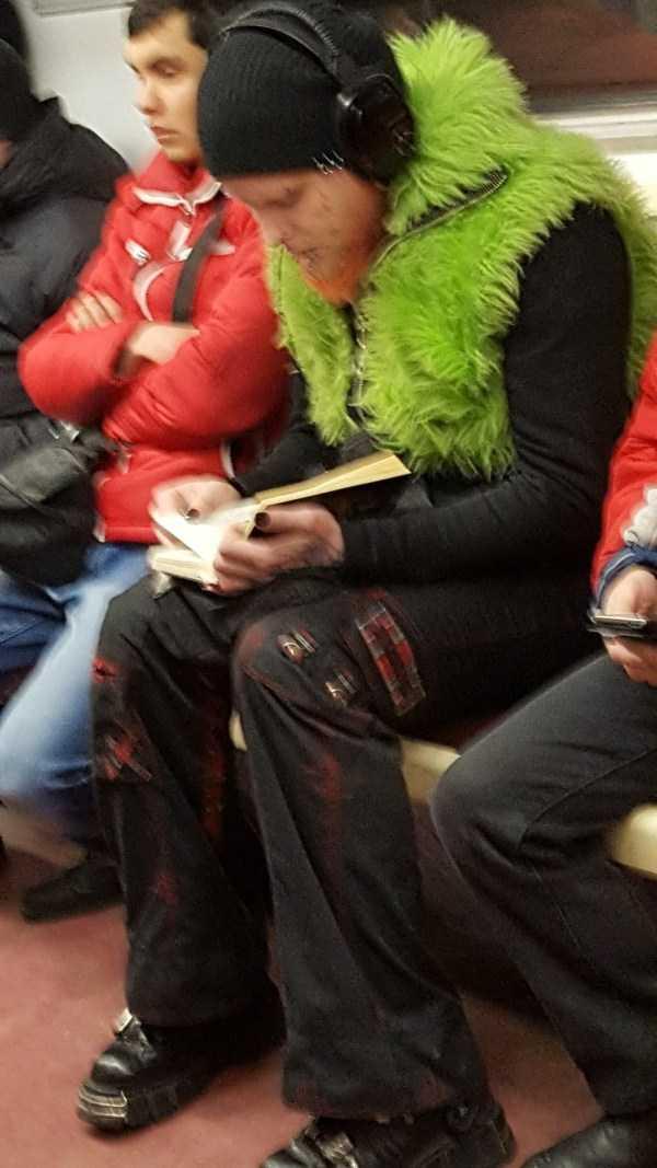 парень в зеленой меховой жилетке