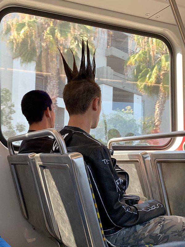 парень с ирокезом в автобусе
