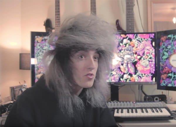 парень с пышными волосами