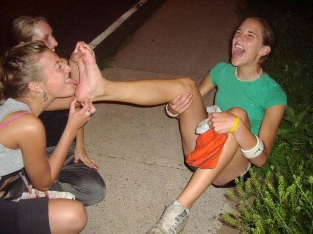 девушке облизывают стопы