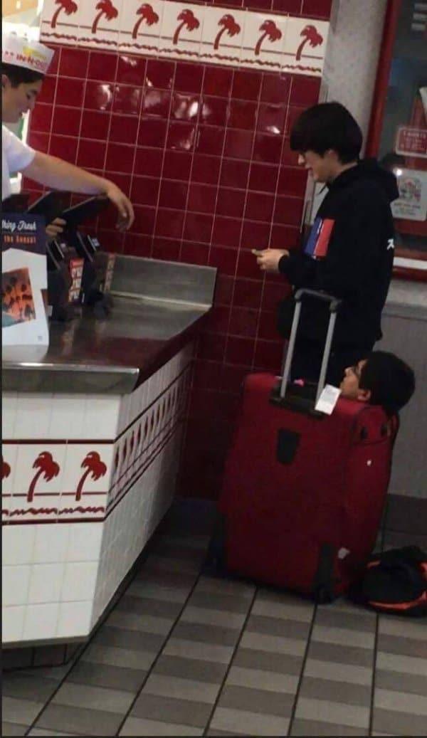 парень в чемодане