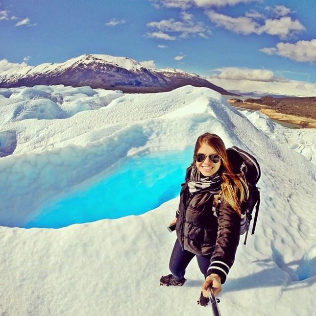 девушка делает селфи в горах