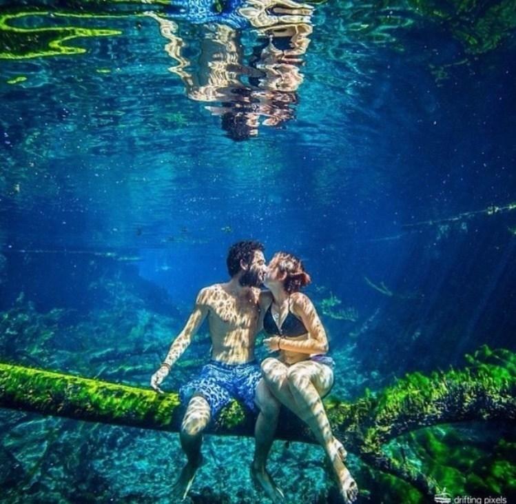 пара целуется под водой