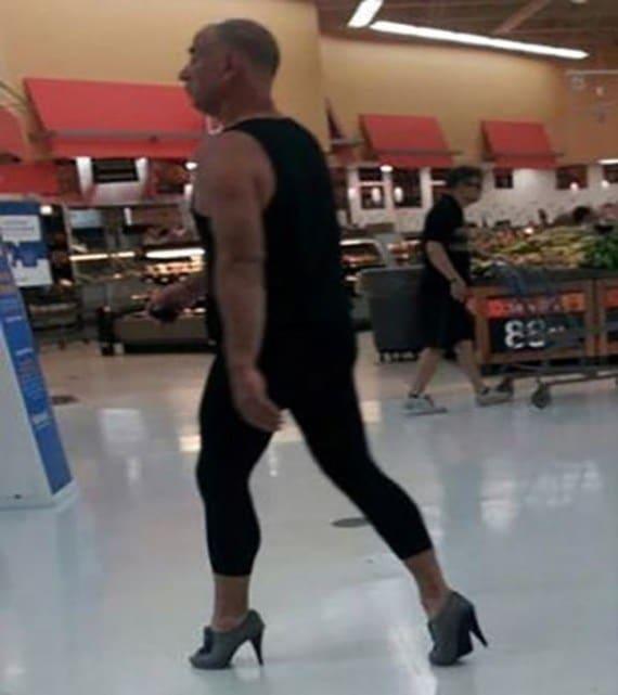 мужчина на каблуках в супермаркете
