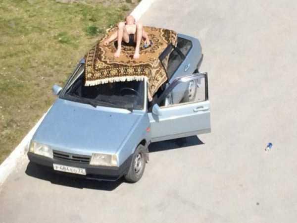 парень загорает на крыше авто