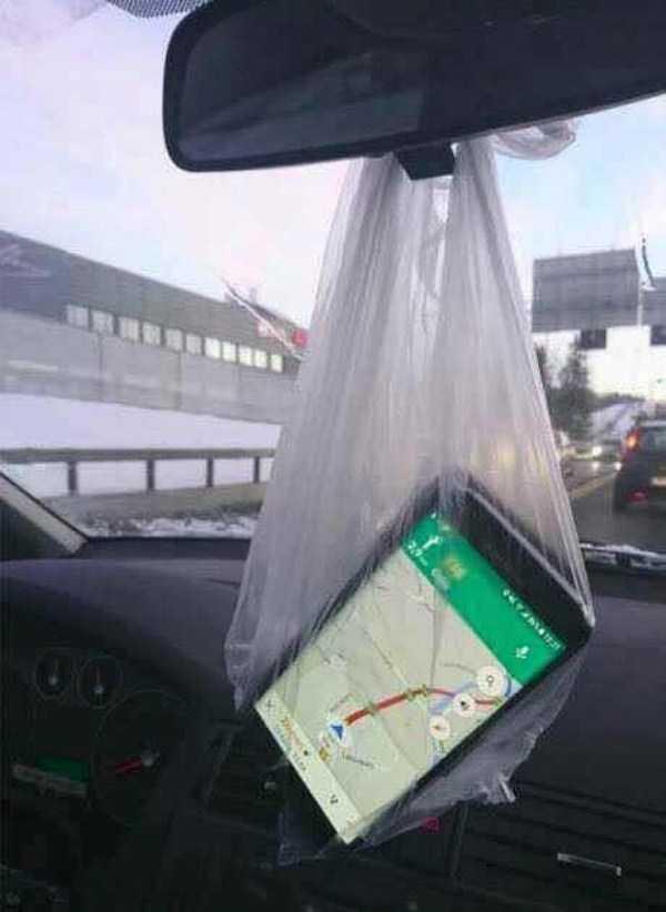 навигатор в пакете на зеркале заднего вида