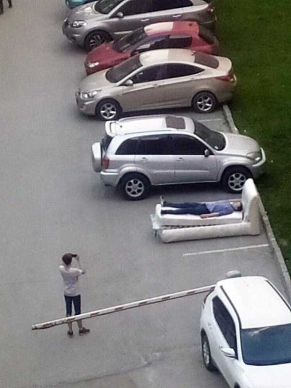парень на кровати на парковке