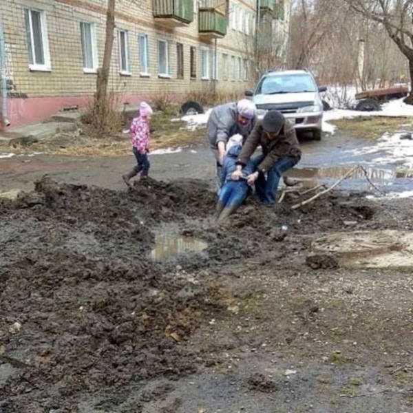 люди тянут девочку из грязи