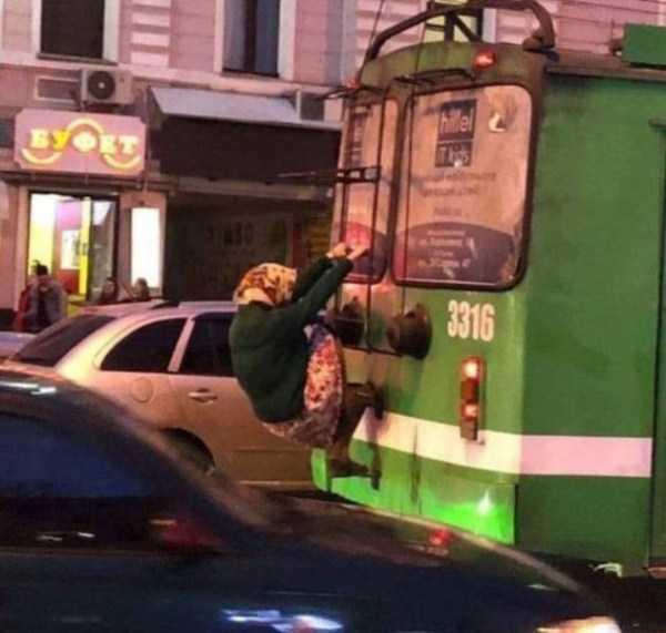 старушка едет сзади на троллейбусе