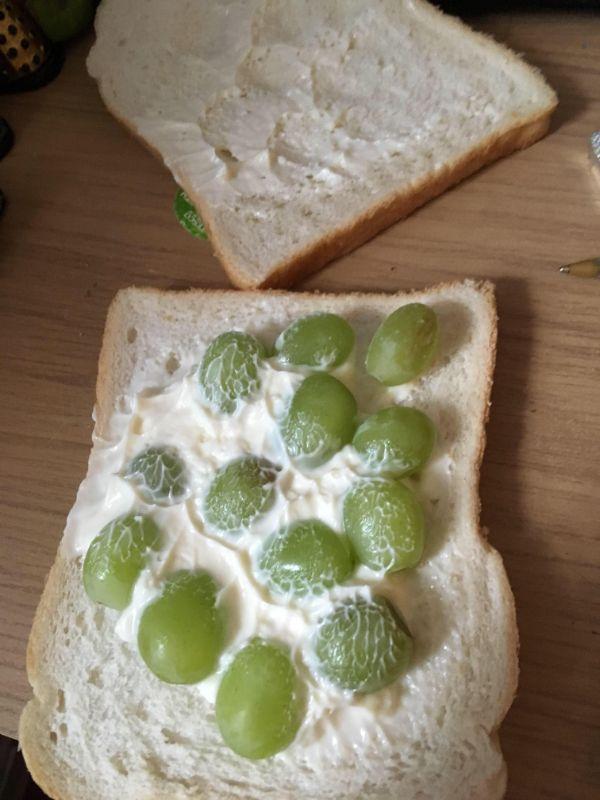 бутерброд с виноградом