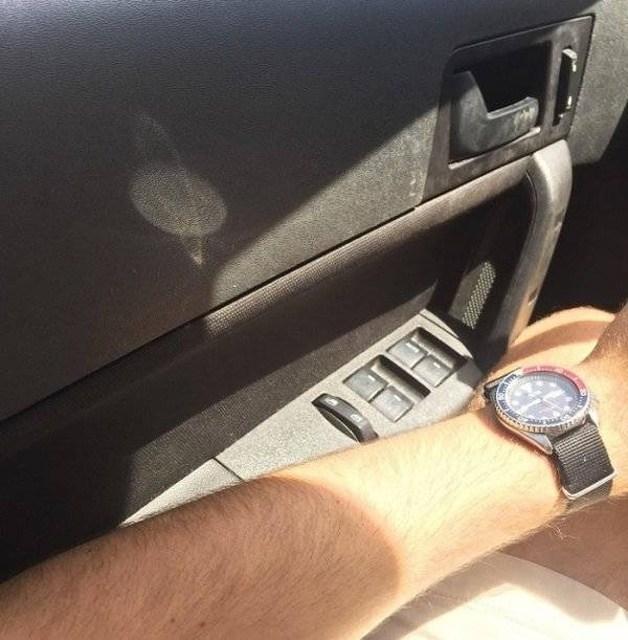 мужская рука с часами и монитор