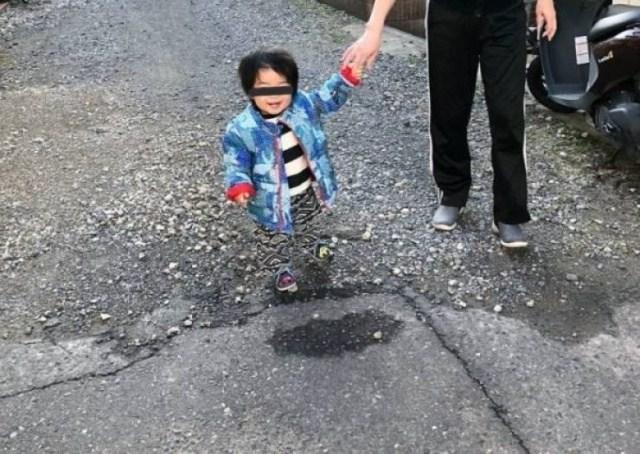 ребенок идет за руку с папой