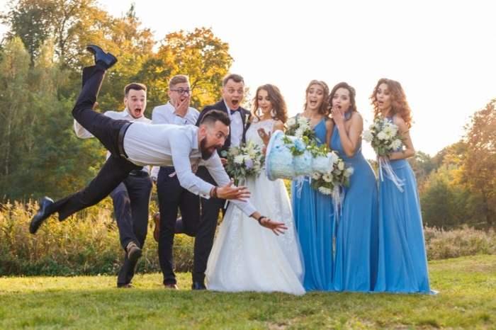 мужчина роняет торт на свадьбе