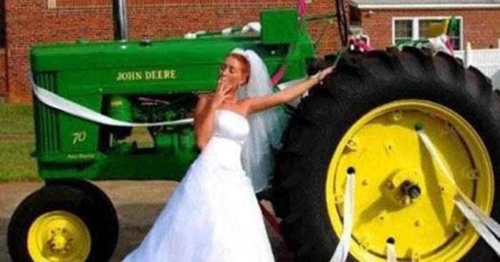 невеста курит возле трактора