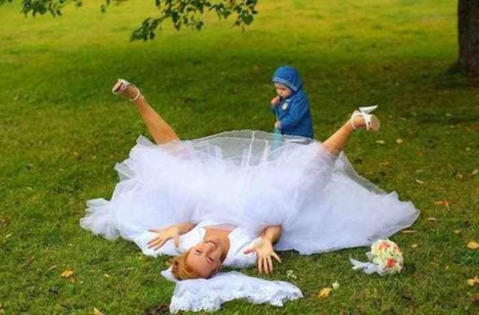 ребенок смотрит под юбку невесте