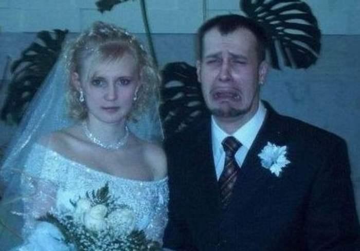 жених плачет рядом с невестой