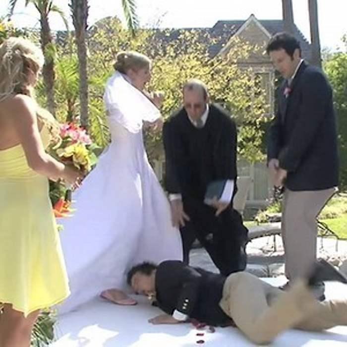 мужчина упал перед невестой