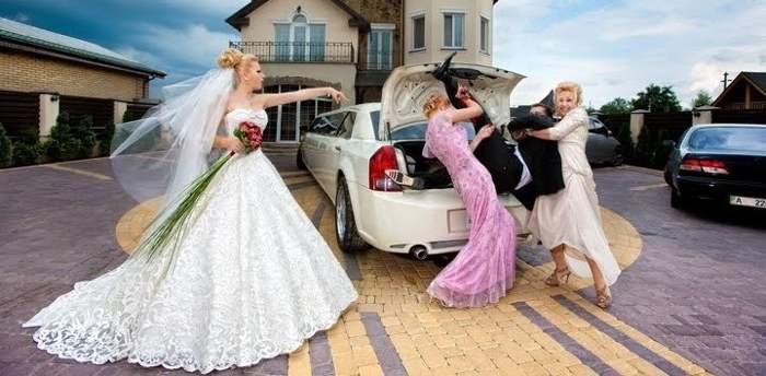 невеста и ее подружки возле машины