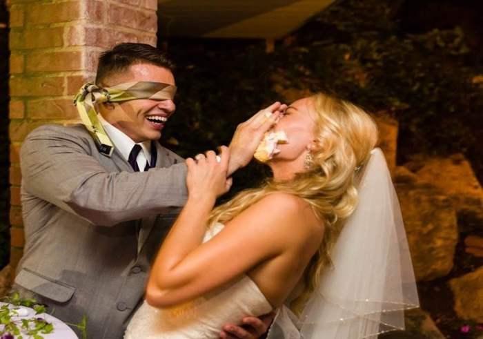 жених кормит невесту тортом