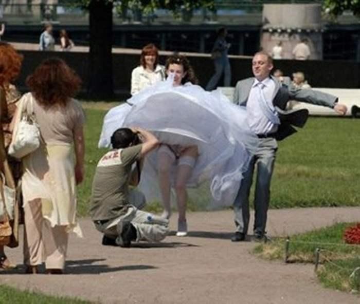 невеста с задранным подолом платья