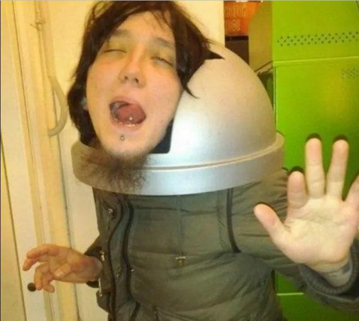 парень с мусорной крышкой на голове