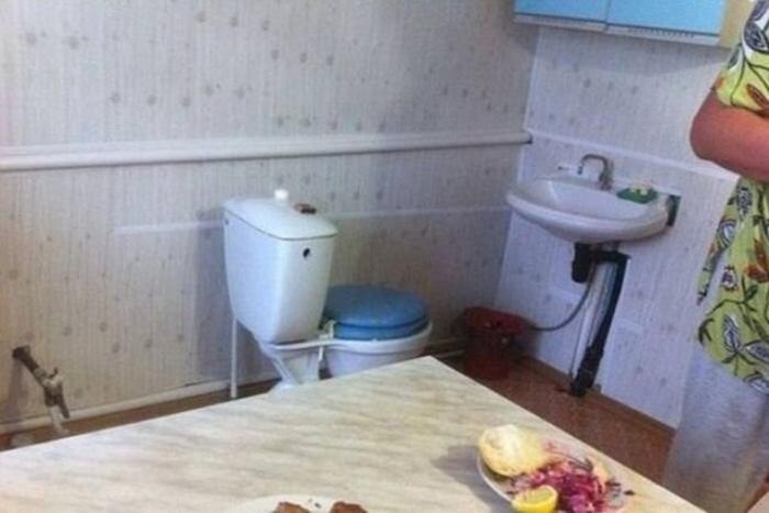 унитаз рядом с кухонным столом