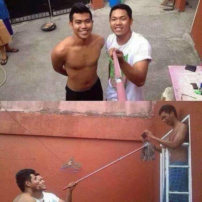 мужчины со шваброй вместо селфи палки