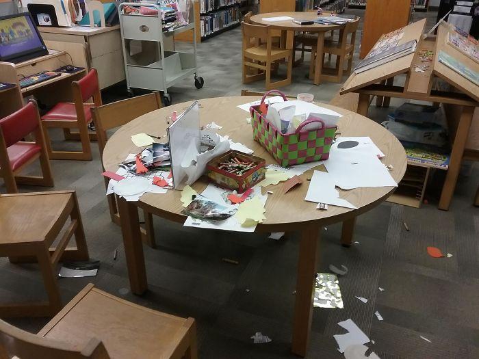 мусор на столе в библиотеке