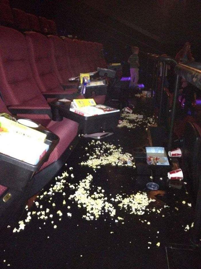 мусор в кинотеатре