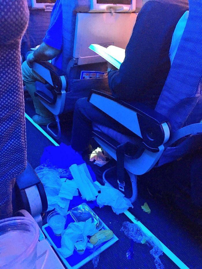 мужчина намусорил в самолете