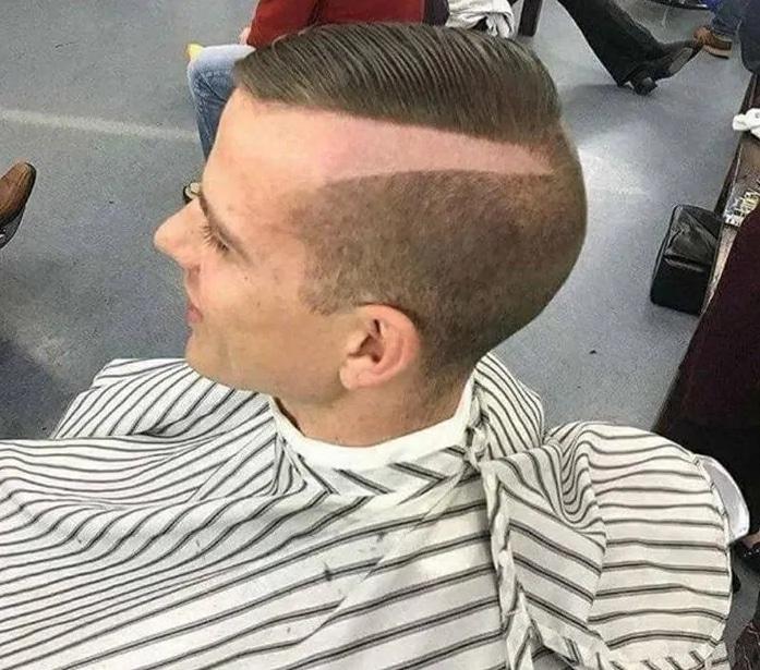 парень в кресле парикмахера