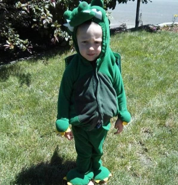 мальчик в костюме динозавра