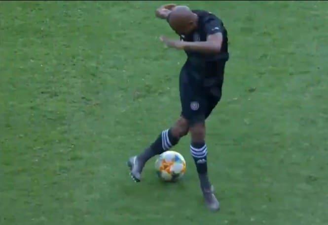 Капитан Финт: уморительный маневр сделал футболиста звездой Интернета (видео)