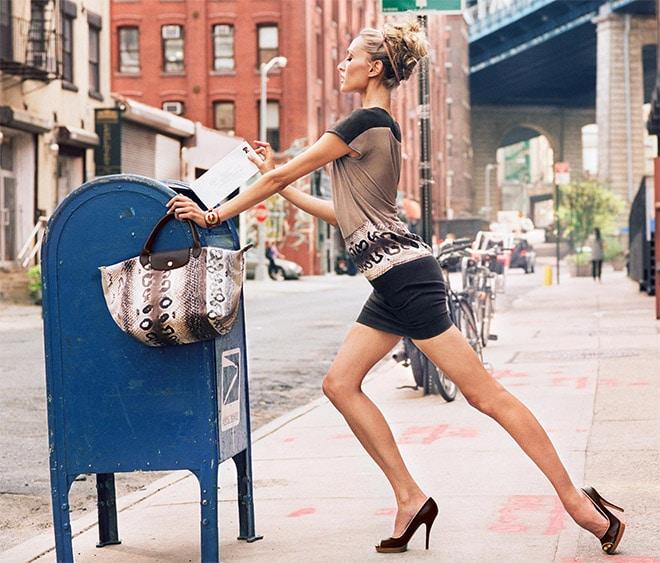 девушка опускает письмо в почтовый ящик