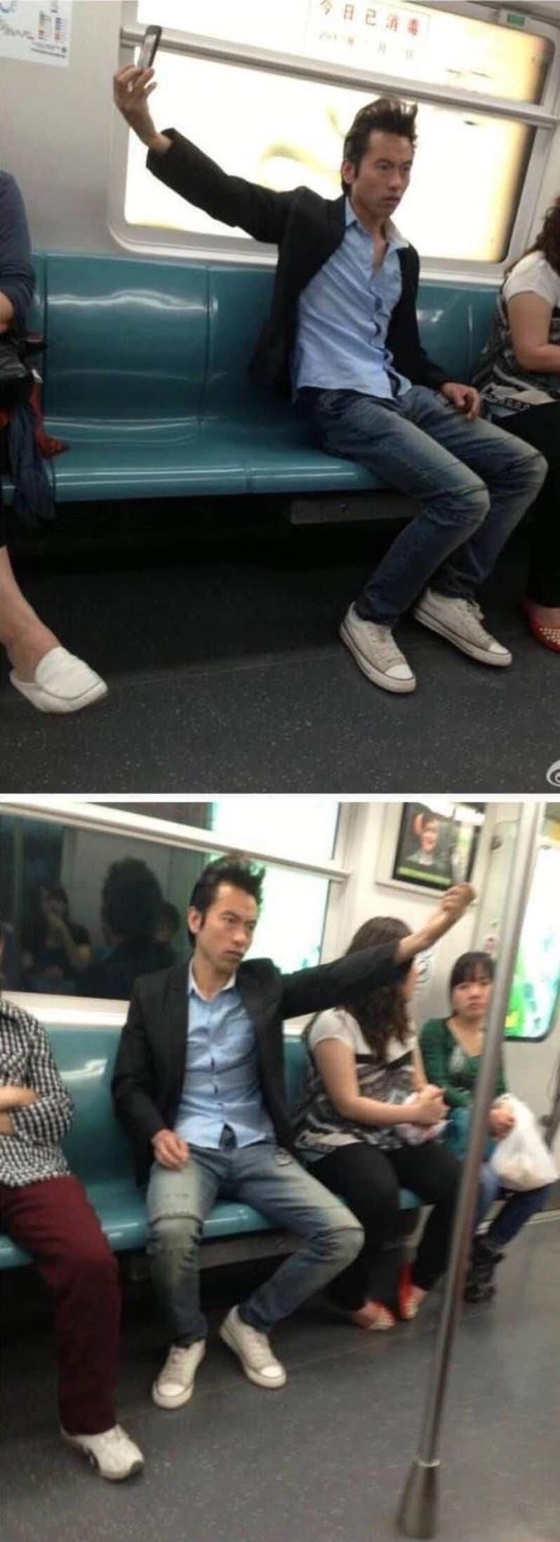 парень фотографирует себя в метро