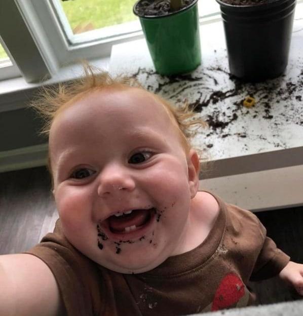 ребенок ест землю