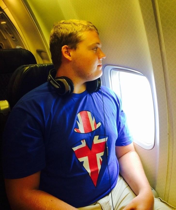 парень у иллюминатора в самолете