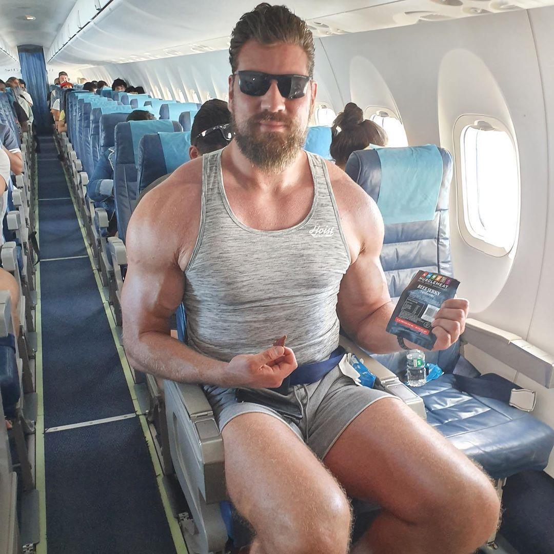 высокий мужчина в самолете