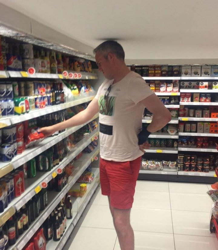 высокий мужчина в супермаркете