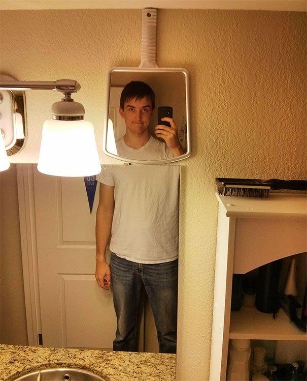 парень делает селфи в зеркале