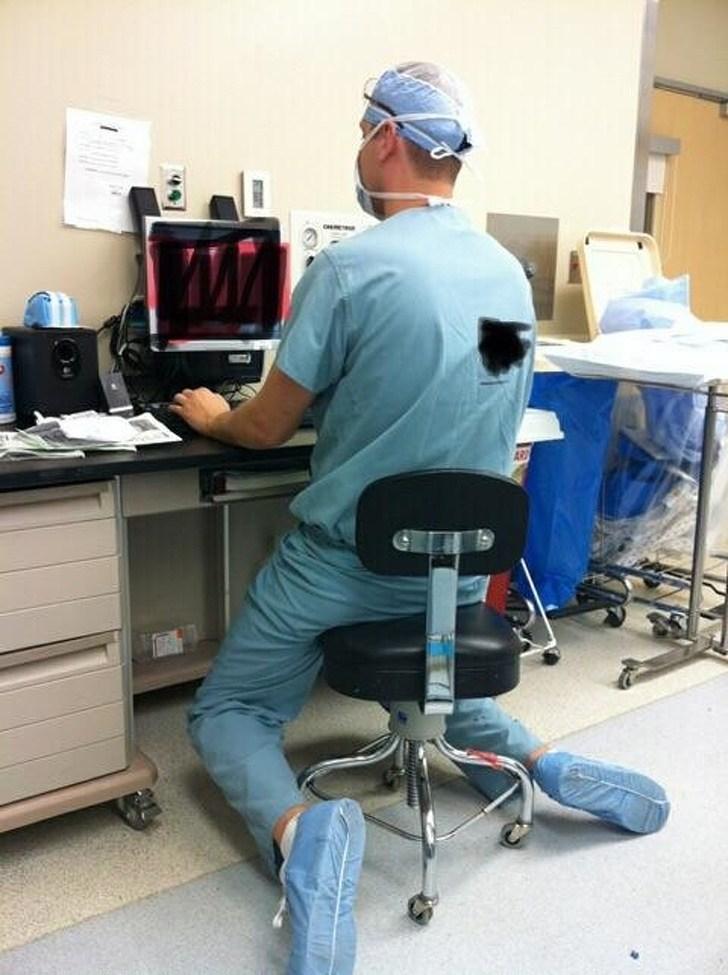 врач сидит перед компьютером